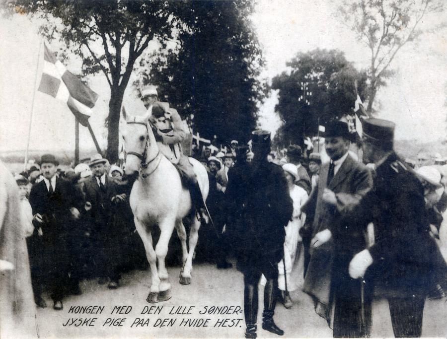 Kongen med den lille sønderjyske pige på den hvide hest.