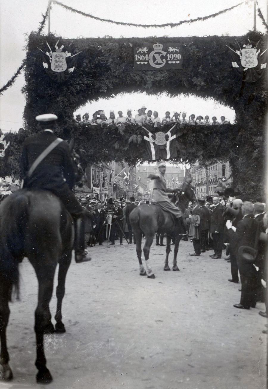 Ved genforeningsfesten i Haderslev red kongen igennem en æresport med børn.