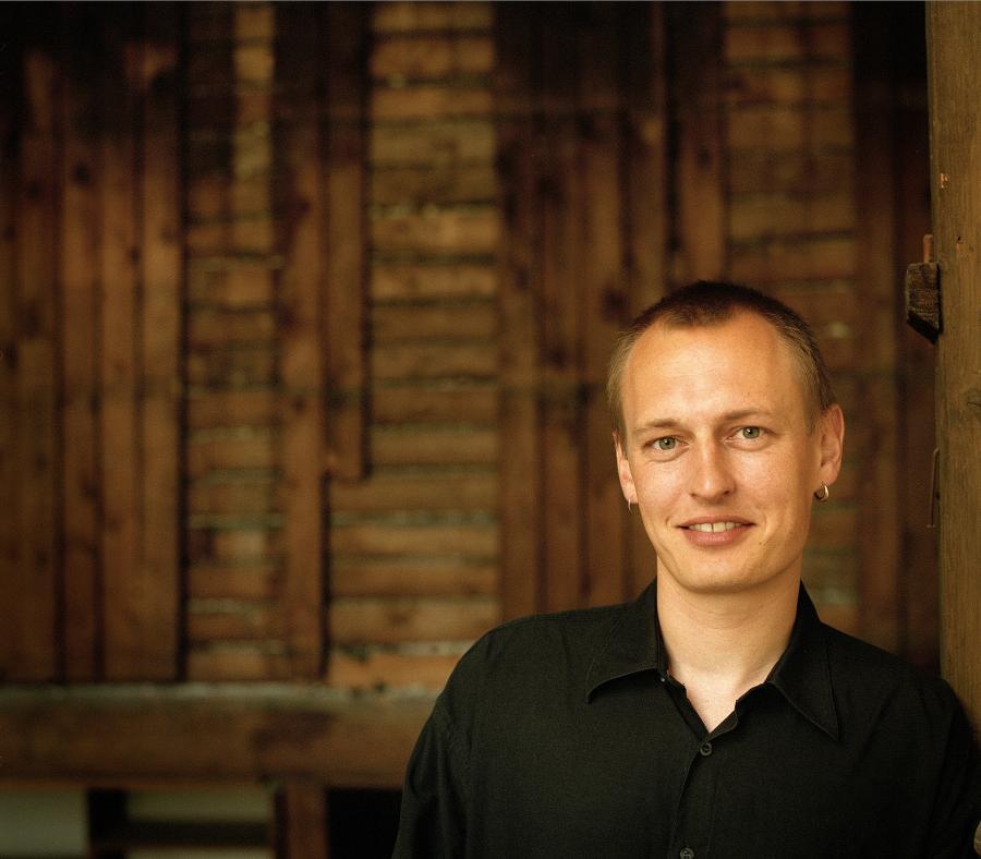 Jakob Ejersbo. Fotograf: Morten Holtum, 2002. Gyldendal.