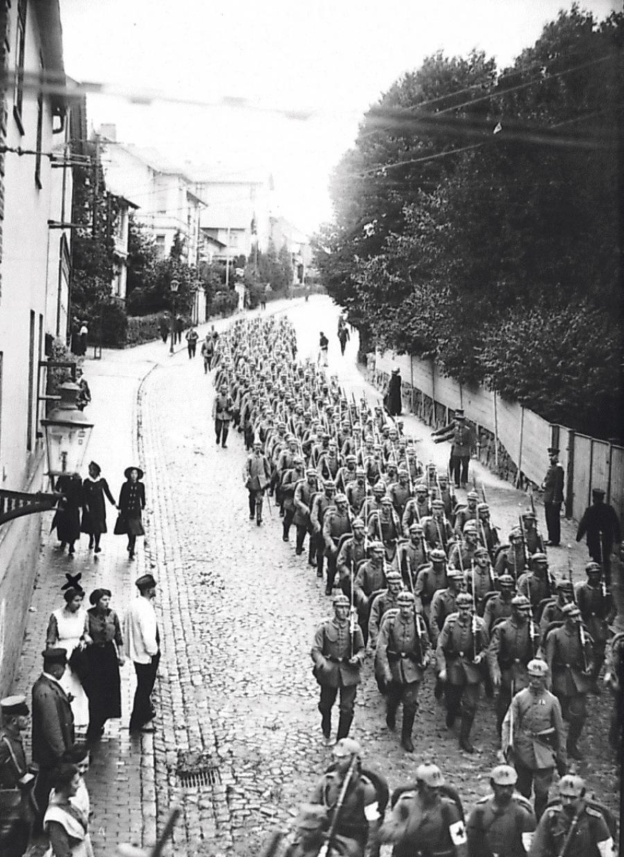 Tyske soldater på vej gennem Slesvig. De danske sydslesvigere blev tvunget til at deltage i krigen på tysk side.