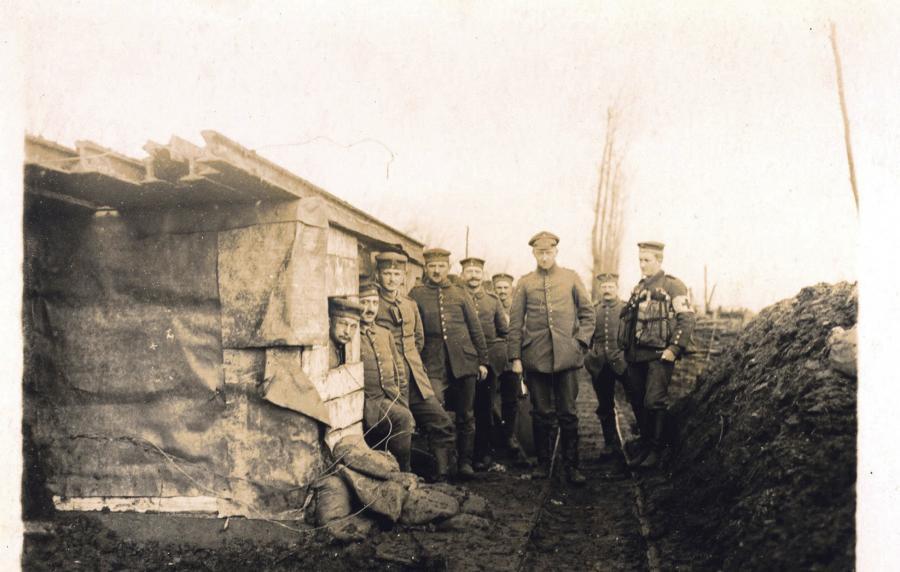 De tyske kvinder og bønder vinkede til Jens Nielsen Jensen og de andre tyske soldater, da de kørte forbi med toget. Det var den søde forsmag på det hårde liv ved fronten, som fulgte fra midten af september 1914.