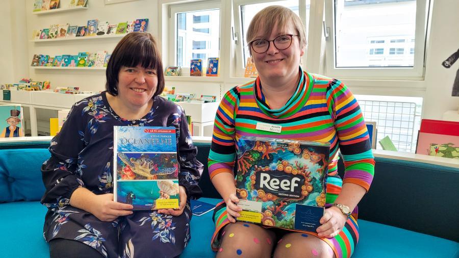 Børnebibliotekarerne Mette og Inge Marie præsenterer bibliotekets nye Læsefamilieposer