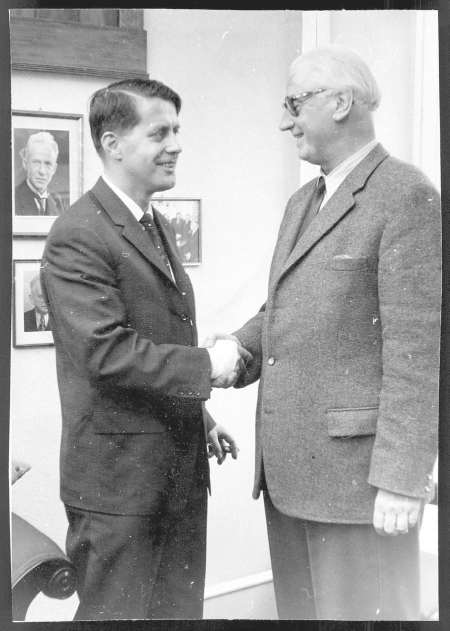 Vagtskifte på Flensborg Avis den 1. november 1963, hvor Karl Otto Meyer overtog posten som chefredaktør efter Jacob Kronika. Fotograf: Uwe Taubert. Kilde: Forskningsafdelingen ved Dansk Centralbibliotek i Sydslesvig.