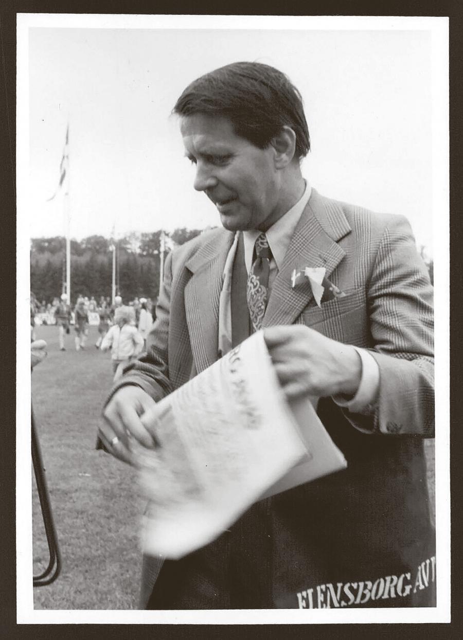 Karl Otto var ansvarlig for Flensborg Avis' lederartikler gennem 22 år. Her ses han med avistasken under armen omkring 1980. (Kilde: Arkivet ved Dansk Centralbibliotek)