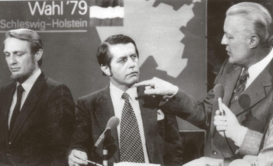 Fotografi fra valgkampen i 1979, hvor Karl Otto Meyer debatterer med den slesvig-holstenske ministerpræsident, Gerhard Stoltenberg, mens den socialdemokratiske spidskandidat, Klaus Matthiesen, står bagved. (Kilde: Nordisk Pressefoto A/S, København)
